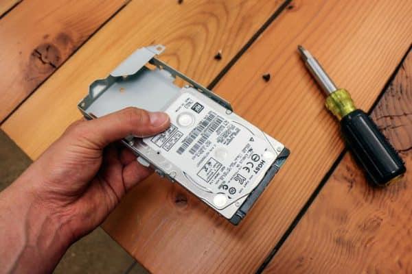 رای نصب درایو SSD روی PS4، هارد درایو پی اس 4 را از جعبه بیرون بکشید