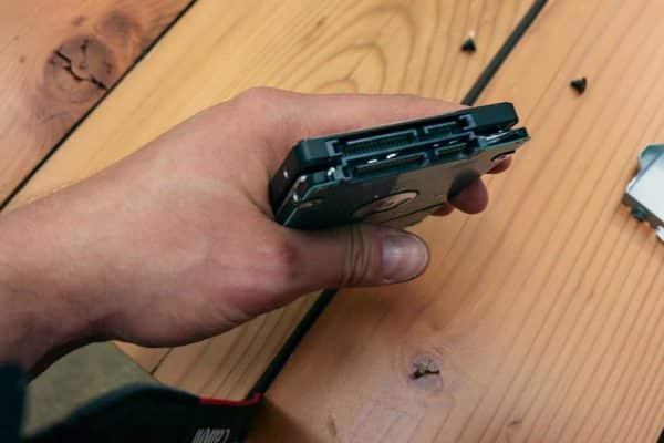 درایو اس اس دی 2.5 اینچی را در جعبه و در همان جهتی که درایو اصلی PS4 قرار گرفته بود، جای دهید