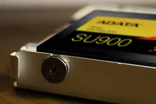 چگونگی نصب یک SSD در PS4 Pro SSD با دو پیچی شروع کنید که نسبت به هم مورب هستند.
