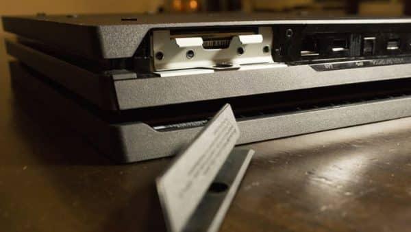 چگونگی نصب یک SSD در PS4 Pro تب پلاستیکی را فورا در سمت چپ درگاه اترنت قرار دهید