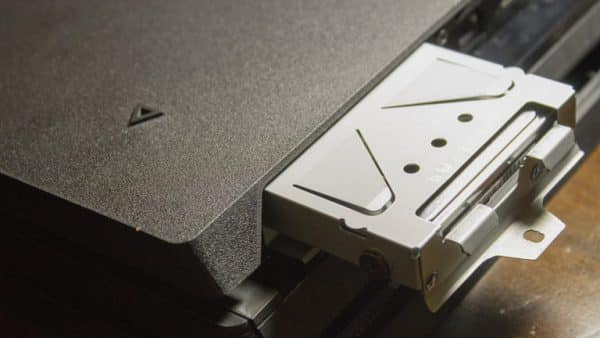 چگونگی نصب یک SSD در PS4 Pro آن را به طرف خودتان بکشید. گام چهارم