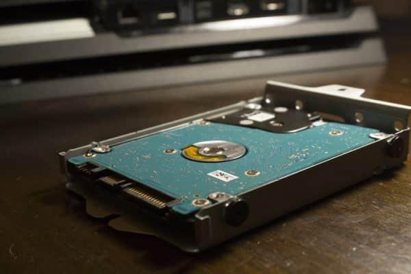 چگونگی نصب یک SSD در PS4 Pro SSD تان را در همان زاویه نصب کنید.