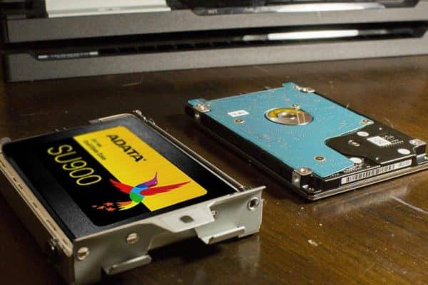چگونگی نصب یک SSD در PS4 Pro SSD درایو حالت جامد را درون کدی در همان جهت تعبیه کنید